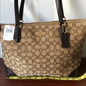 NWT Coach Signature Zip Tote bag and wristlet set